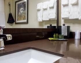 queen-queen-suite-bathroom