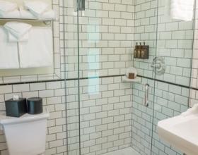 Deluxe Lodge Room Bathroom