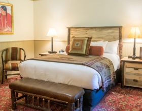 Deluxe Lodge Room with One Queen